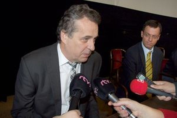 Primátor Jozef Dvonč, vpravo jeho zástupca Ján Vančo.