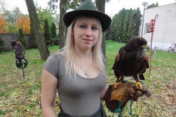 Katarína Hudecová pózuje s druhom jastraba zvaným Harrisov.