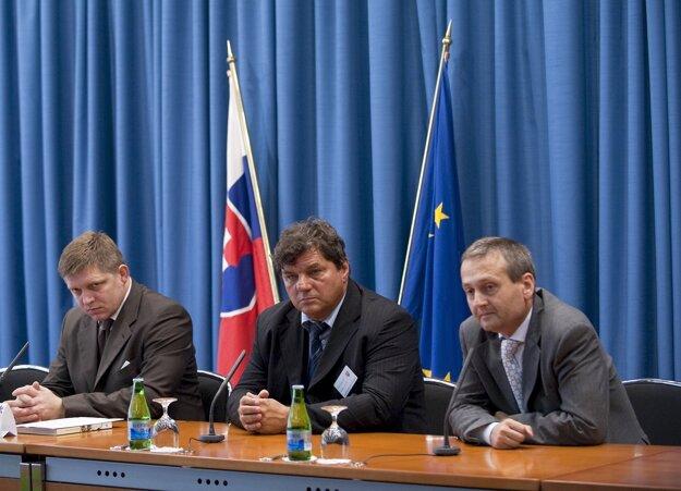 Vtedajší premiér Robert Fico a štátny tajomník ministerstva životného prostredia Miloslav Šebek (vpravo) počas tlačovej konferencie v júli 2009.