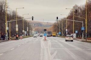 Obnovený priechod pre chodcov so svetelnou signalizáciou na Levočskej ulici.