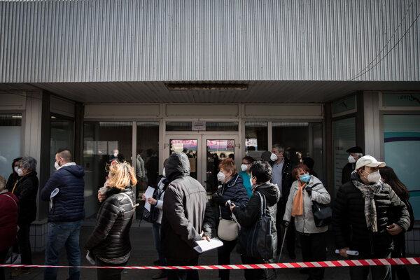 Seniori čakajú v rade pred nemocnicou v Ružinove na očkovanie proti ochoreniu Covid-19.