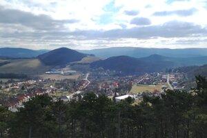 Výhľad z rozhľadne na Vápennom vrchu.