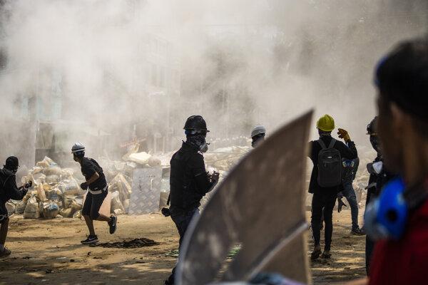 Protesty v Mjanmarsku pokračujú.