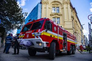 Zásah hasičského zboru pri požiari na Základnej škole evanjelickej na Palisádoch.