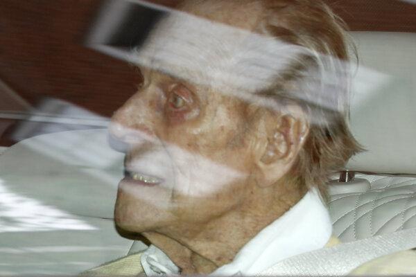 Britského princa Philipa po mesiaci prepustili z nemocnice.
