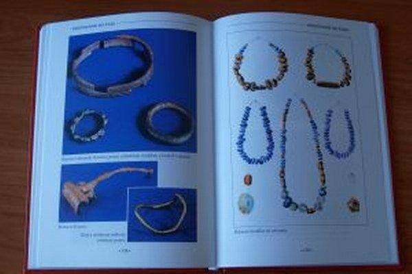 Khiha popisuje archeologické skvosty nájdené na našom území, medzi nimi, samozrejme, aj šperky.