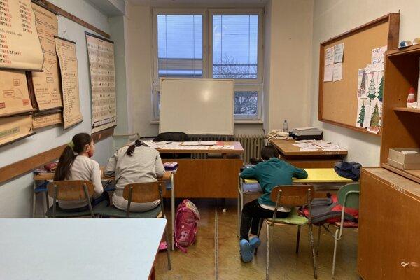 Doučovanie prebieha v malých skupinkách.