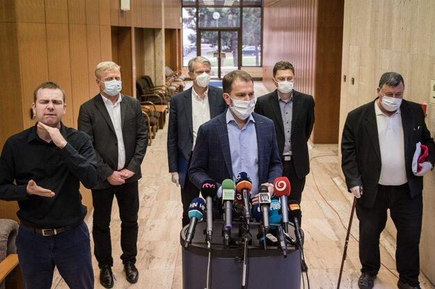 23. marec 2020. Členovia permanentného krízového štábu Vladimír Krčméry, Robert Mistrík, Peter Škodný, Peter Visolajský a predseda vlády Igor Matovič počas zasadnutia Ústredného krízového štábu.
