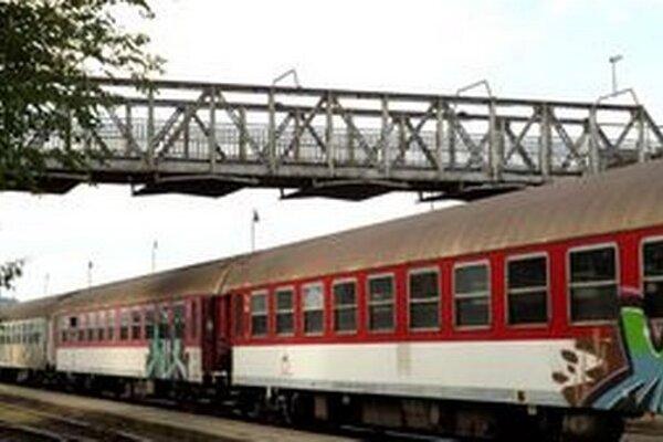 Železná lávka spája železničnú stanicu a mestskú časť Čermáň.