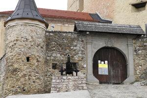 Zavretá vstupná brána na hrad .