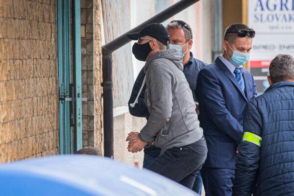 28. október 2020. NAKA zadržala pri akcii s krycím názvom Víchrica viaceré osoby z prostredia justície. Na snímke uprostred Zoroslav Kollár prichádza do budovy NAKA v Nitre.