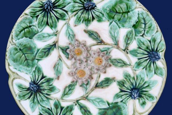 secesný tanier pripomínajúci rozkvitnutú lúku.
