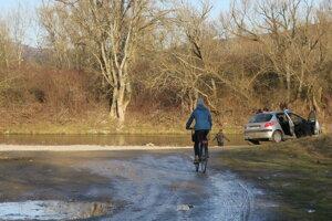 Aj otužilci zvyknú parkovať v blízkosti vodného toku.