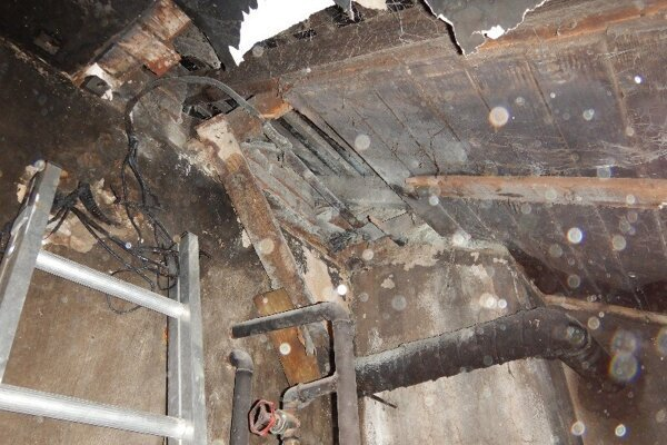 Plamene poškodili aj strechu domu v Rybníku.