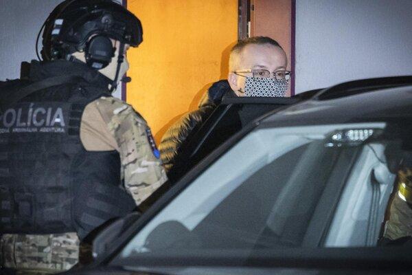 Na snímke obvineného riaditeľa SIS Vladimíra P. odvážajú do väzby zo Špecializovaného trestného súdu (ŠTS) v Pezinku v nedeľu 14. marca 2021. FOTO TASR -JaroslavNovák