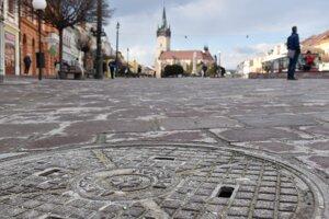 Kanalizačný poklop v centre mesta.