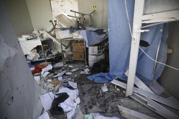 Zničená nemocničná izba v sýrskom meste Atarib.