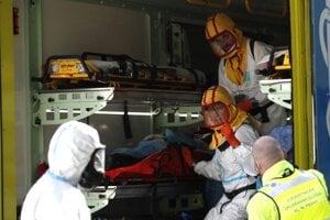 Zdravotníci zasahujú pri prevoze pacienta v Českej Lípe.