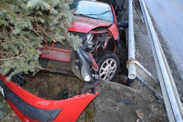 Po havárii hodil spolujazdec do kríkov podozrivé predmety.