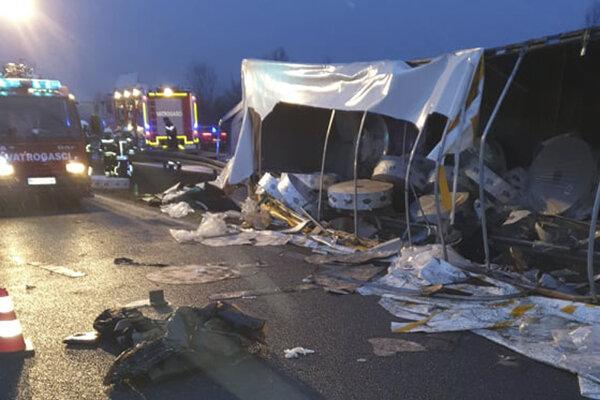 Nákladné auto, ktoré sa prevrátilo na diaľnici v Chorvátsku neďaleko hraníc s Bosnou.