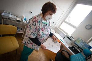 Sestrička vráti doklady, odovzdá potvrdene o prvom očkovaní a dotazník, ktorý treba vyplnený priniesť na druhé kolo.