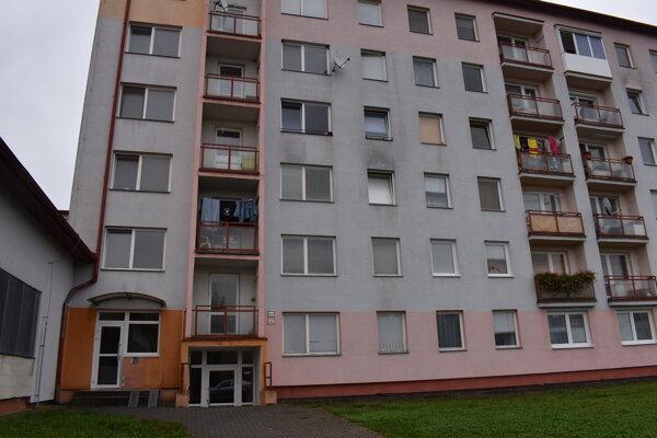 Bytovka na Ulici SNP na Sídlisku pod Sokolejom. Nájomníci dlhujú vyše 45-tisíc eur.