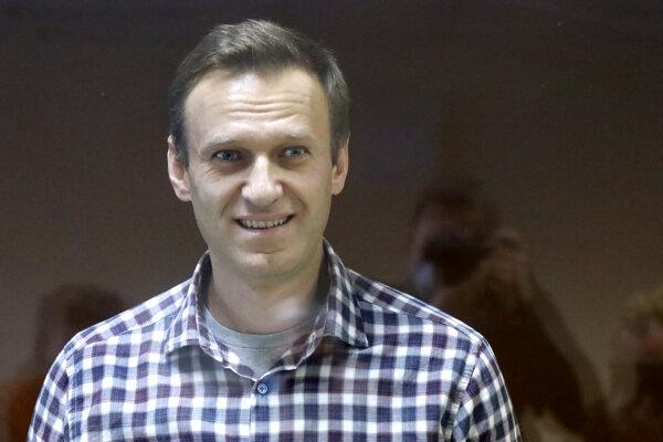 Navaľnyj je ruský právnik, opozičný politik a politický väzeň, známy ako kritik korupcie v Rusku.