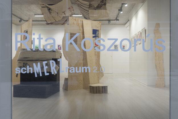 Pohľad na výstavu Rity Koszorúsovej, ktorá bola otvorená 8. decembra 2020, prístupná bola len dva týždne, ďalšie dva mesiace len cez výklad Galérie Čin Čin