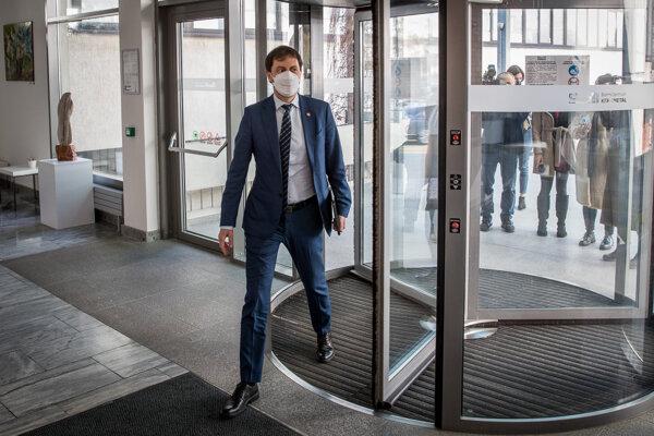 Minister financií a dočasný minister zdravotníctva a školstva Eduard Heger prišiel do centrály strany Za ľudí.