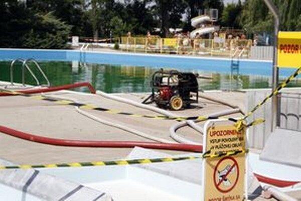 Z dvoch bazénov odčerpávajú vodu.