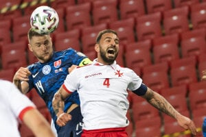 Milan Škriniar (Slovensko) a Steve Borg (Malta) v zápase H-skupiny kvalifikácie MS 2022 vo futbale Slovensko - Malta.