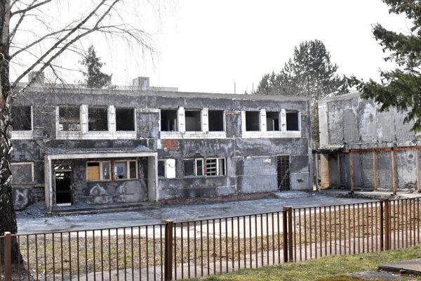 Majetok uprostred sídliska chátra už niekoľko rokov. Budovám chýba strecha i okná.
