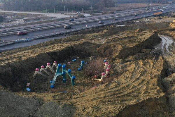 Dielo BCD Relax Triblavina skryté sa haldami zeminy je dnes už pochované.