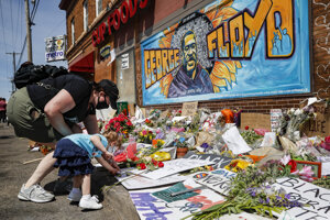 Kvety na miesto Floydovej smrti nosia ľudia dodnes.