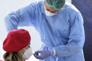 Zdravotníčka podáva vakcínu AstraZeneca.