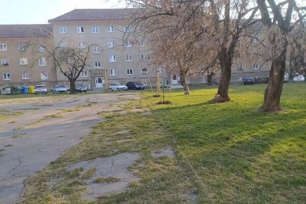 Stará asfaltová plocha by mala zmiznúť.