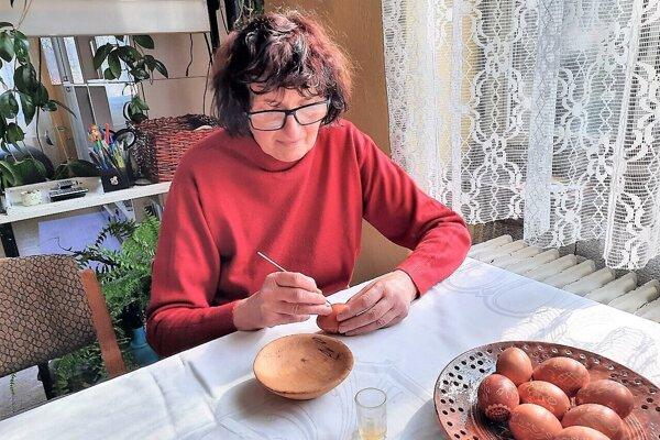 Šikovná krasličiarka Lýdia Garajová z Vidinej si starobylú techniku zdobenia vajíčok  zamilovala. Patrí k hŕstke žien, vďaka ktorej jednoduchá krása z Polichna neupadne do zabudnutia.