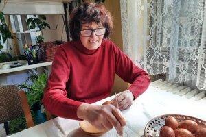 Krasličiarka Lýdia Garajová zdobí vajíčka starobylou technikou, spočívajúcou v leptaní.