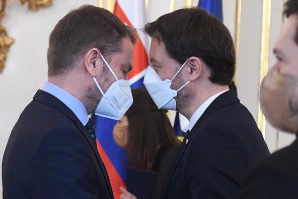 Premiér Eduard Heger (OĽaNO) a vľavo minister financií Igor Matovič (OĽaNO) počas vymenovania novej vlády.