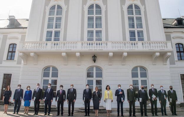 Uprostred vpravo prezidentka  Čaputová, uprostred vľavo predseda vlády Eduard Heger (OĽaNO) a členovia novej vlády SR pózujú počas spoločnej fotografie na zadnom nádvorí Prezidentského paláca.
