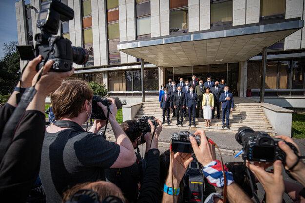 Ministri sa presunuli na Úrad vlády.