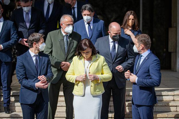 Spoločné fotenie pred Úradom vlády.