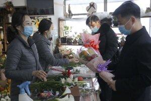 Predavačky kvetov a zákazníčky na vlakovej stanicic v Pchjongjangu počas Medzinárodného dňa žien 8. marca.