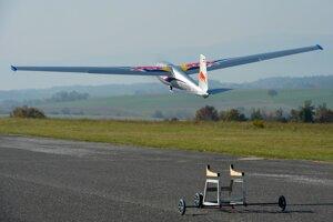 Štart makety najslávnejšieho československého vetroňa Blaník brata Milana Oravca v markingu Re dBull z pomocného vozíka na letisku Čerín-Čačín. Model s rozpätím 4,3 metra a hmotnosti 12 kg pilotuje Miroslav Oravec.