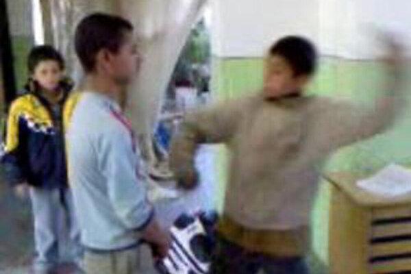 Fackovanie chlapcov na policajnej stanici v roku 2009. Video ukázalo šikanovanie, no súd policajtov oslobodil.