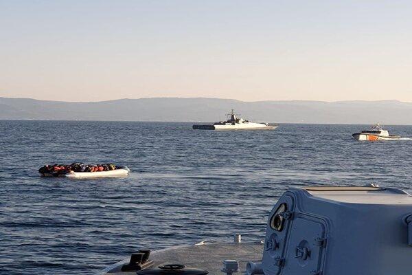 Dve turecké plavidlá sprevádzali alebo tlačili malé člny s migrantmi do gréckych teritoriálnych vôd.