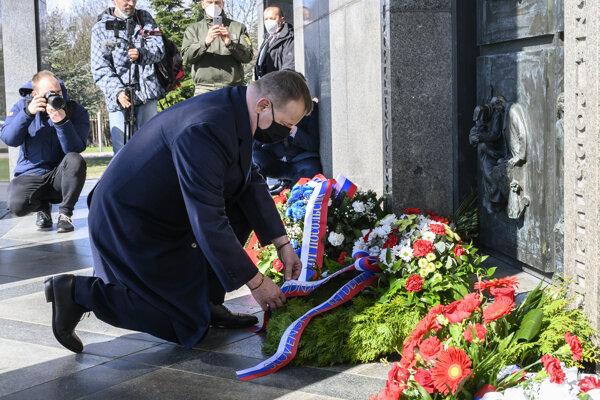 Na snímke predseda NR SR Boris Kollár počas pietneho aktu kladenia vencov pri príležitosti 76. výročia oslobodenia hlavného mesta Slovenska od nemeckých fašistických okupantov na Vojenskom pamätníku Slavín.