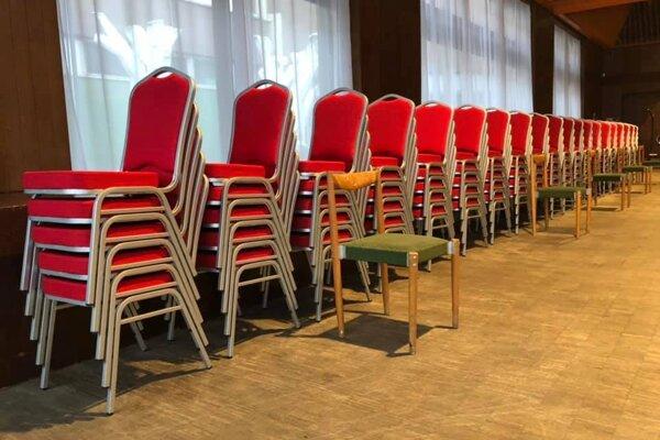 Vpredu stará zelená stolička za ňou nové.