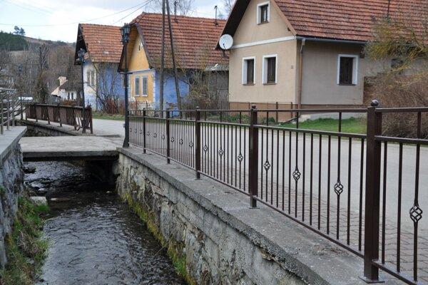 Nové zábradlie popri Jasenovskom potoku.