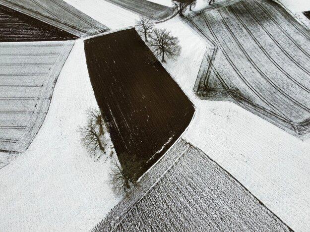 Snehom pokrytá krajina a polia pri Wörthsee neďaleko nemeckého Mníchova.